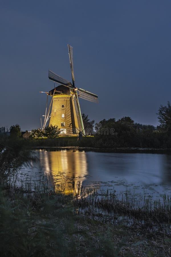 Mulino a vento illuminato raro a Kinderdjik fotografia stock libera da diritti