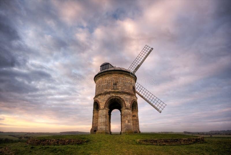 Mulino a vento inglese tradizionale ad alba immagini stock libere da diritti