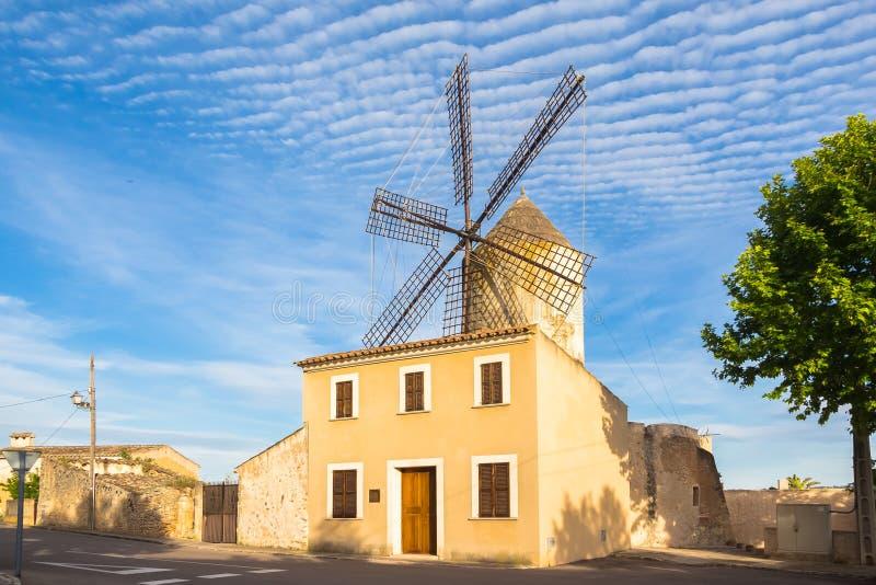 Mulino a vento in Llubi Mallorca immagine stock