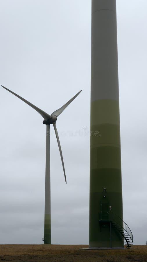 Mulino a vento moderno nell'umore broody Mulini di vento monumentali di elettricità nel paesaggio Energia verde rinnovabile immagine stock libera da diritti