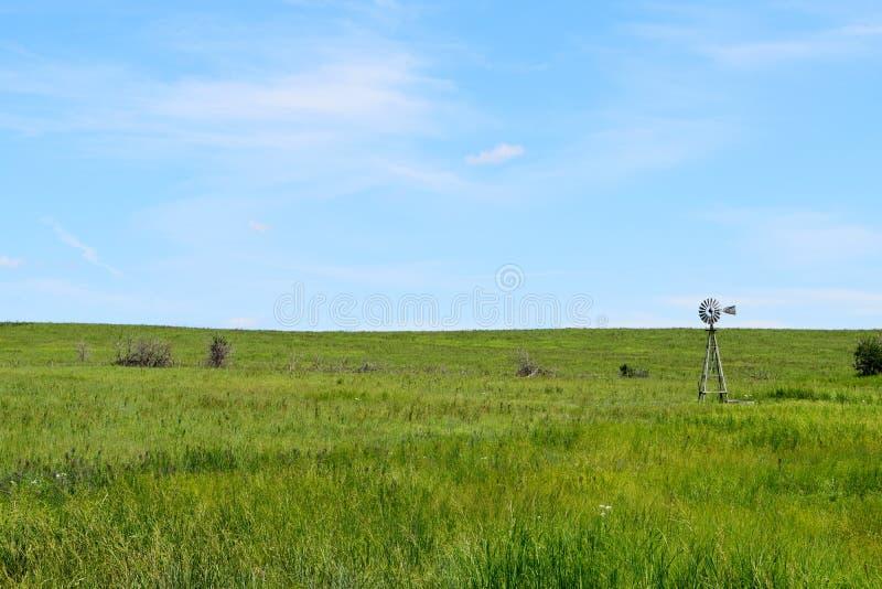 Mulino a vento nel campo di Kansas fotografia stock