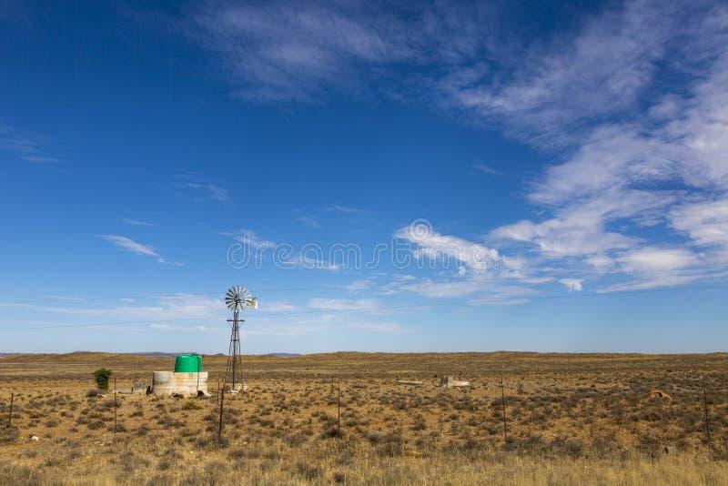 Mulino a vento nel karoo immagine stock