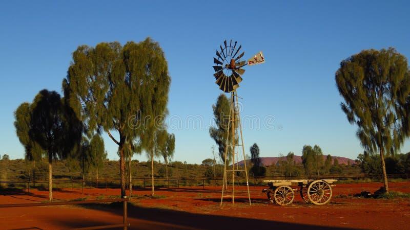 Mulino a vento nell'australiano outback immagini stock
