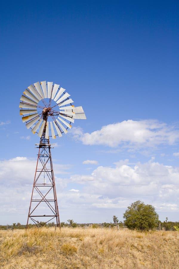 Mulino a vento nell'entroterra Queensland, Australia immagini stock libere da diritti
