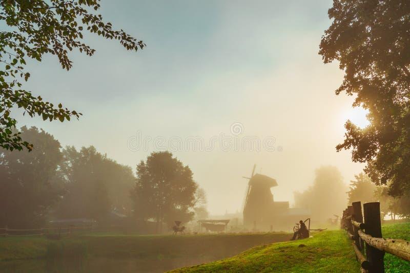 Mulino a vento nella mattina lituana e nebbiosa fotografie stock