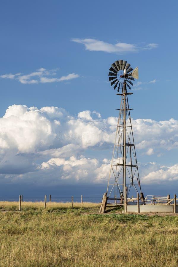Mulino a vento nella prateria di Colorado immagini stock libere da diritti