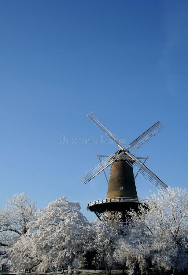 Mulino a vento olandese in inverno immagine stock