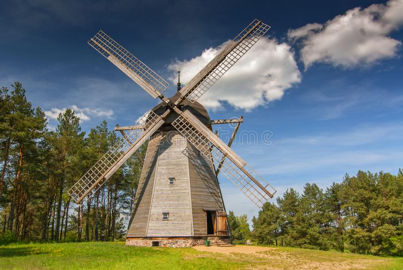 Mulino a vento a partire dal diciannovesimo secolo, di tipo olandese originali il museo piega di architettura ed il parco etnogra fotografie stock