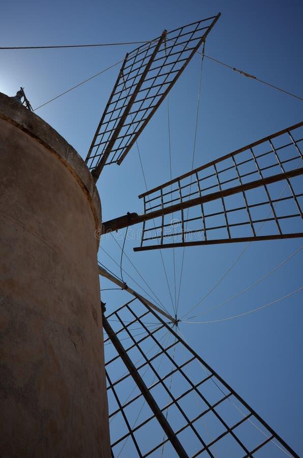 Mulino a vento siciliano tradizionale di produzione di sale fotografie stock libere da diritti