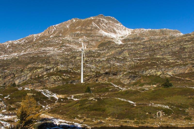 Mulino a vento solo nelle montagne immagini stock libere da diritti