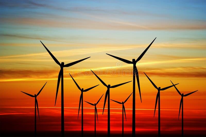 Mulino a vento sul tramonto fotografia stock libera da diritti