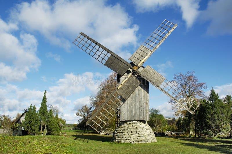 Mulino a vento sull'isola Saaremaa. immagini stock