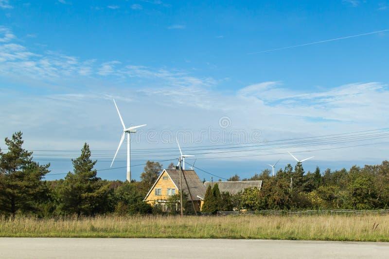 Mulino a vento sulla campagna fotografia stock libera da diritti