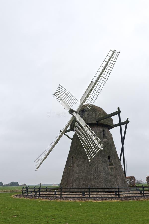 Mulino a vento Thatched con paglia fotografia stock