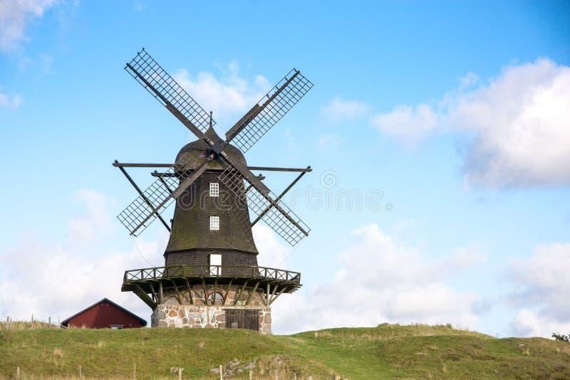 Mulino a vento tradizionale sopra la collina verde fotografia stock libera da diritti