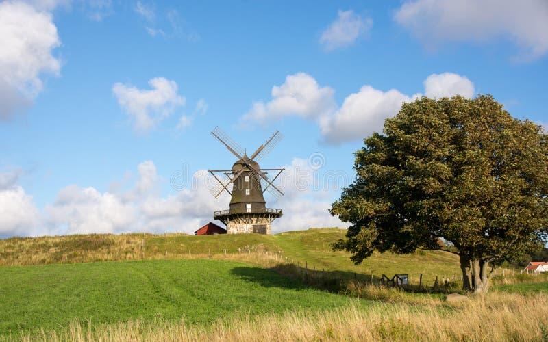Mulino a vento tradizionale su una collina contro cielo blu immagini stock