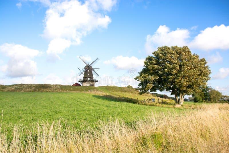Mulino a vento tradizionale su una collina contro cielo blu immagini stock libere da diritti