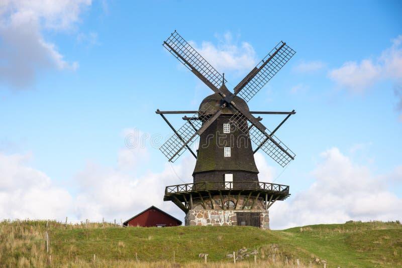 Mulino a vento tradizionale su una collina contro cielo blu immagine stock libera da diritti