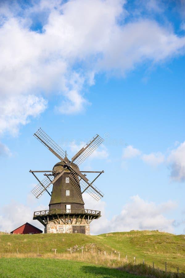 Mulino a vento tradizionale su una collina contro cielo blu immagine stock