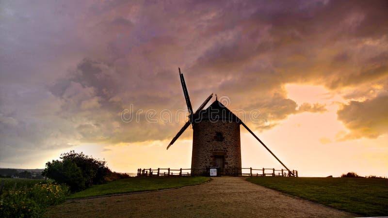 Mulino a vento in villaggio francese fotografie stock libere da diritti