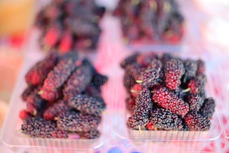 Mullbärsträdfrukt innehåller mycket vitamin C Sålt i fruktaffärer arkivfoton