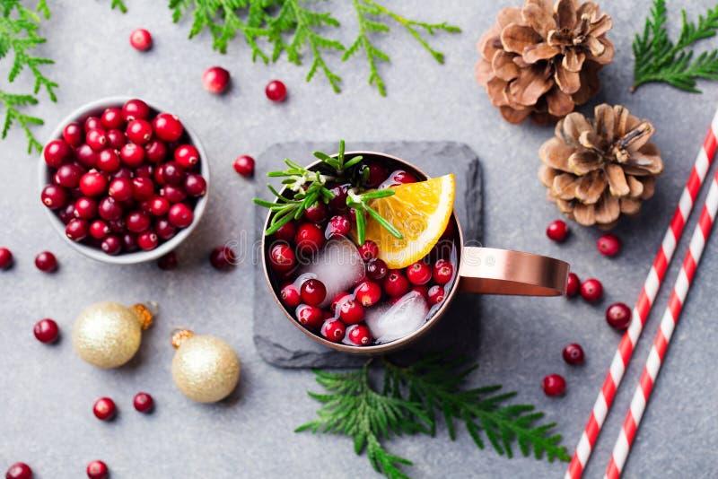 Mulo di Mosca di Natale, bevanda di festa in una tazza di rame Priorità bassa di pietra grigia Vista superiore fotografie stock