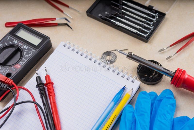 Multímetro, ferramenta de solda e ferramentas da mão para o conjunto da eletrônica Copie o espaço imagens de stock royalty free