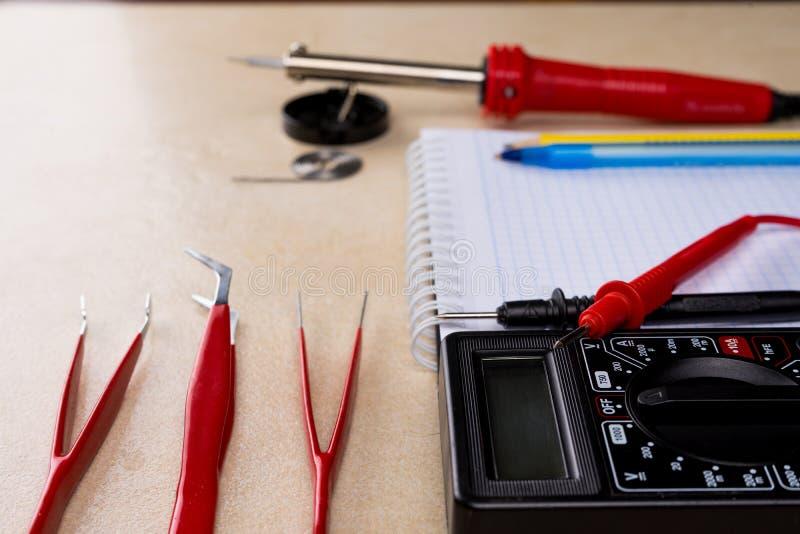 Multímetro, ferramenta de solda e ferramentas da mão para o conjunto da eletrônica Copie o espaço fotografia de stock