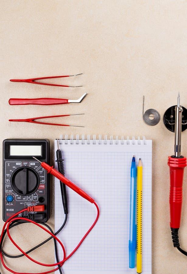 Multímetro, ferramenta de solda e ferramentas da mão para o conjunto da eletrônica Copie o espaço imagem de stock