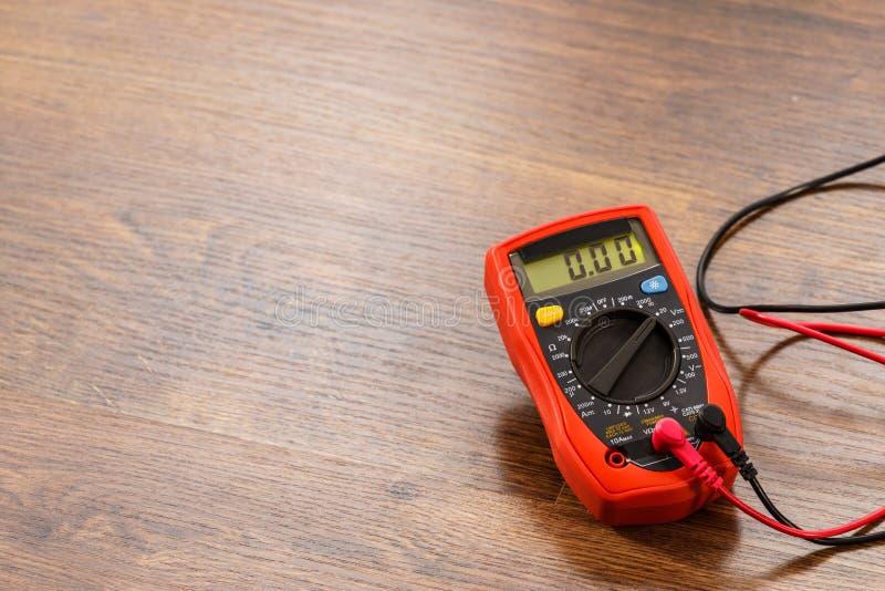 Multímetro para a medida da tensão foto de stock