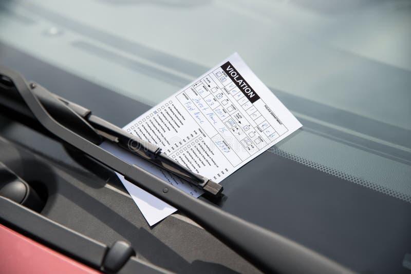 Multa de aparcamiento en el coche fotos de archivo