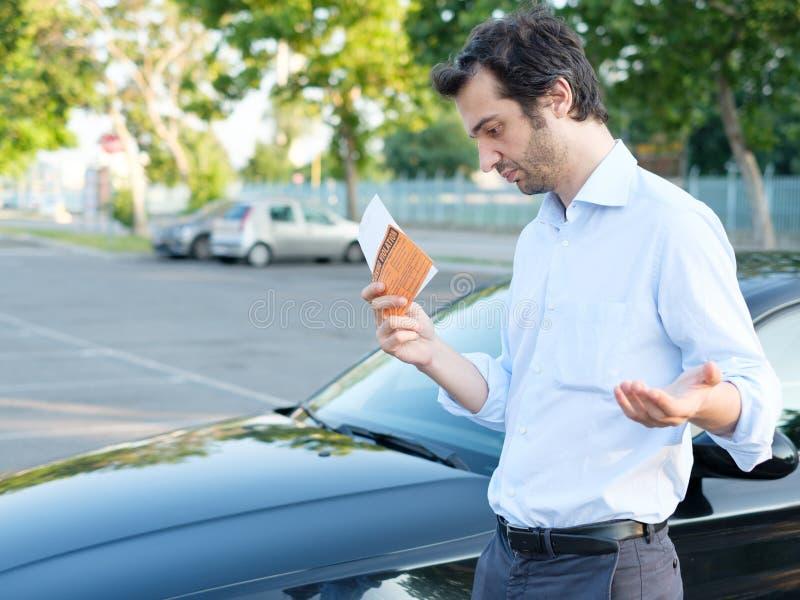 Multa do bilhete da violação do estacionamento no para-brisa fotos de stock