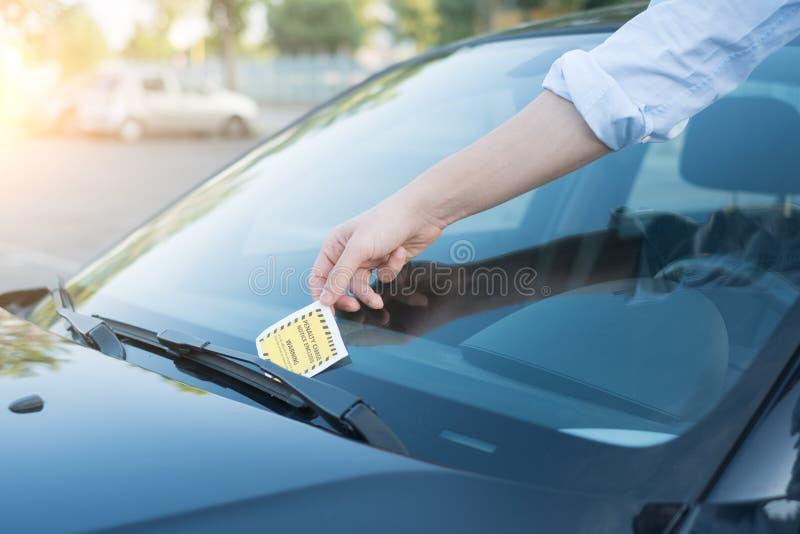Multa do bilhete da violação do estacionamento no para-brisa imagem de stock