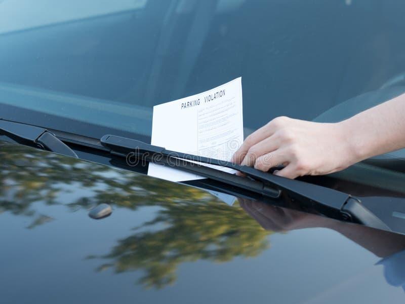 Multa do bilhete da violação do estacionamento no para-brisa fotografia de stock royalty free