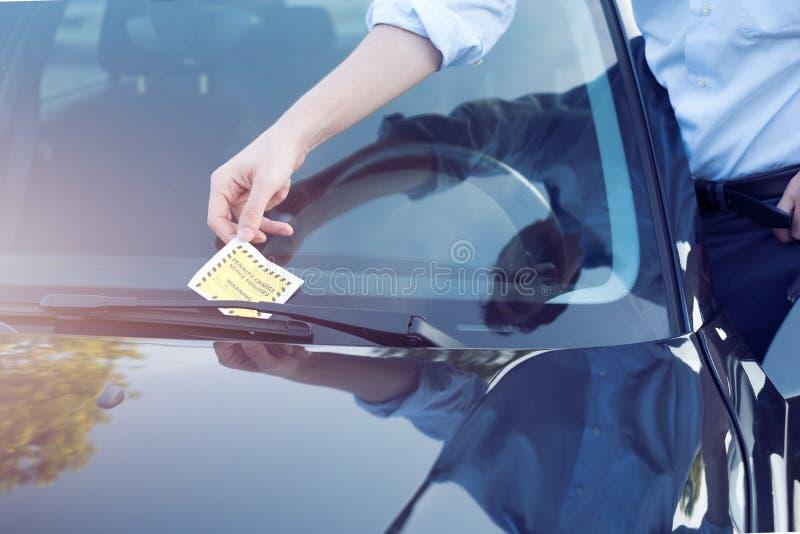 Multa do bilhete da violação do estacionamento no para-brisa foto de stock royalty free