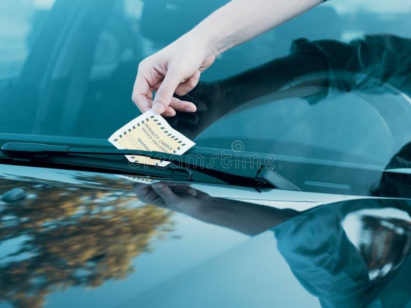Multa do bilhete da violação do estacionamento no para-brisa fotos de stock royalty free