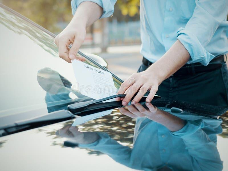 Multa do bilhete da violação do estacionamento no para-brisa fotografia de stock