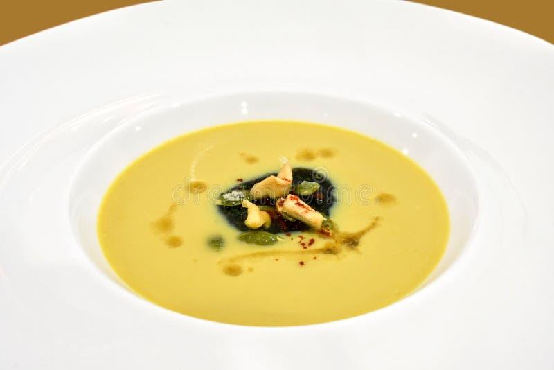 Multa gastrónoma que cena la exhibición - sopa de la nuez de la mantequilla foto de archivo libre de regalías
