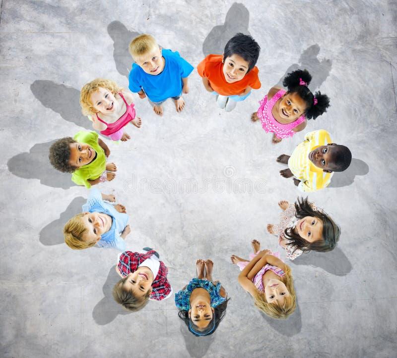 Multi-étnico das crianças no círculo fotos de stock royalty free