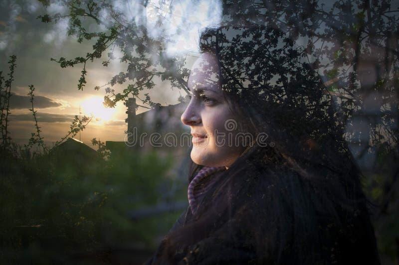 Multi выдержка девушки и природы Девушка смотря солнце стоковое изображение rf