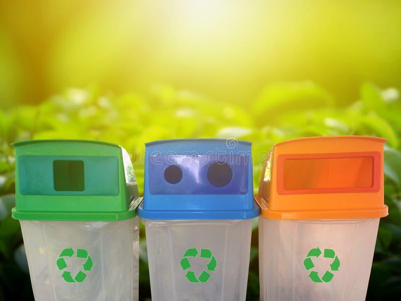 Multi покрасил зеленые, голубые, оранжевые мусорные ведра изолированные на белой предпосылке Погань для чистоты повторно использу стоковая фотография