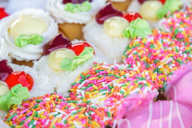 Multi покрашенные donuts стоковые фото