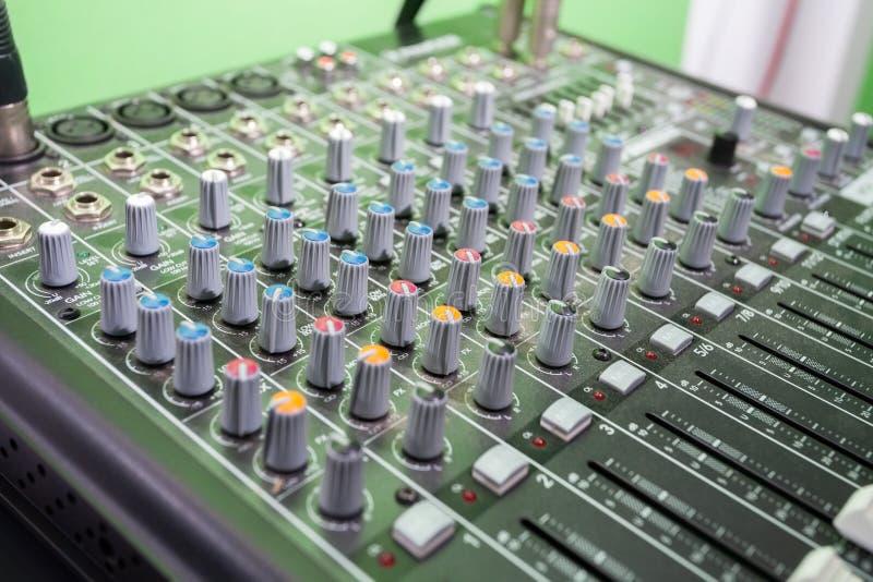 Multi покрашенный смеситель музыки в студии звукозаписи стоковое фото