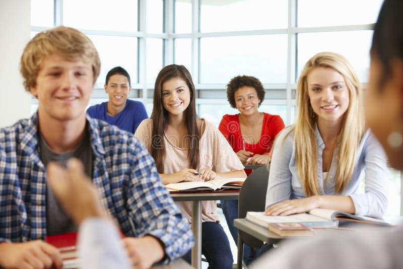 Multi расовые подростковые зрачки в классе стоковая фотография rf