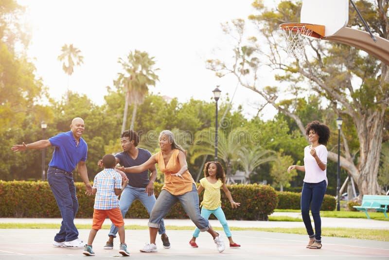Multi семья поколения играя баскетбол совместно стоковое изображение