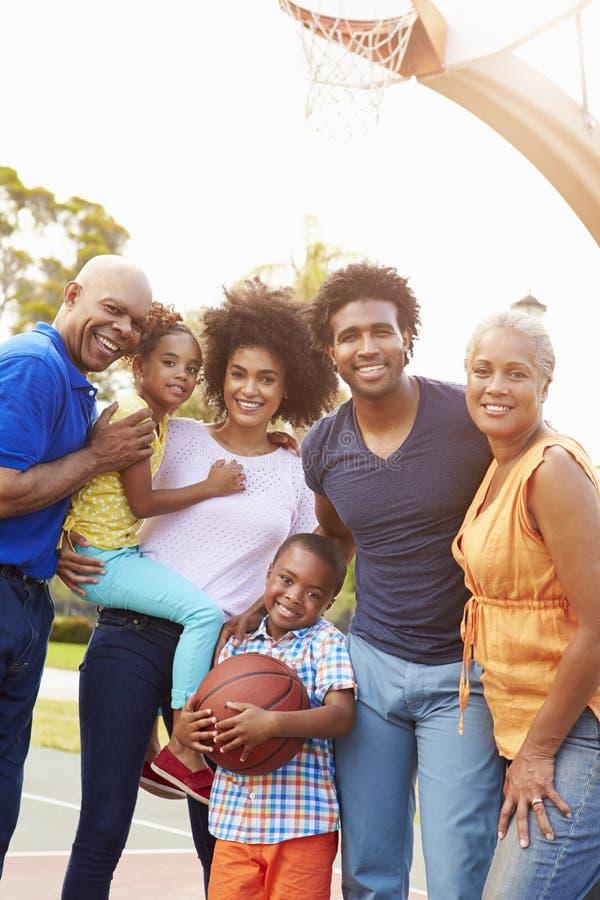Multi семья поколения играя баскетбол совместно стоковое изображение rf