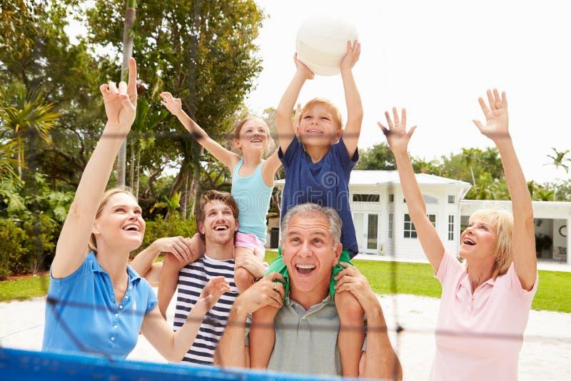 Multi семья поколения играя волейбол совместно стоковая фотография