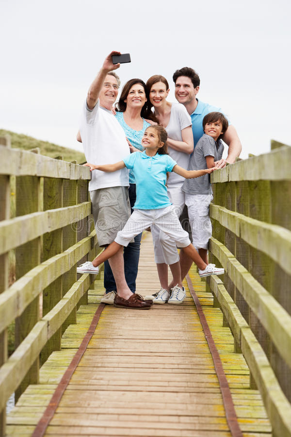 Multi семья поколения идя на мост принимая фото стоковое изображение rf