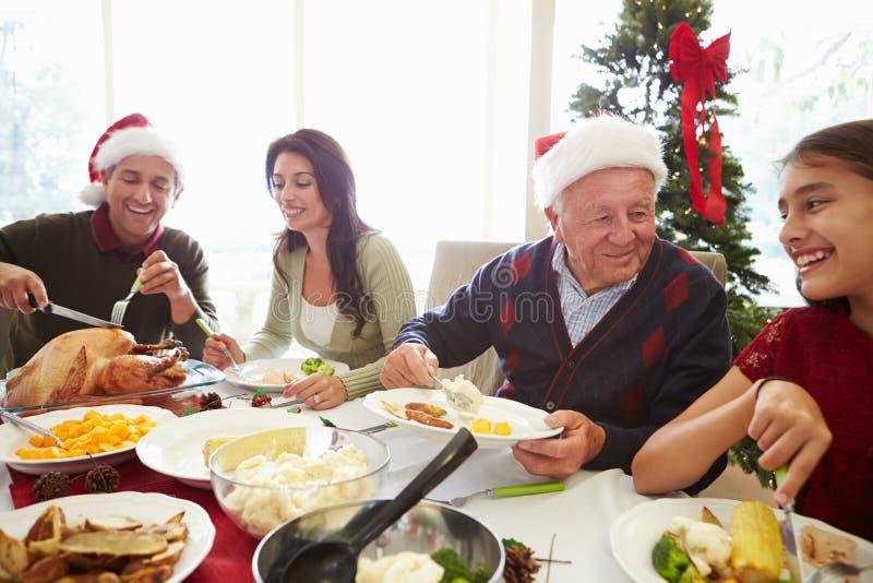 Multi семья поколения наслаждаясь едой рождества на стоковые изображения