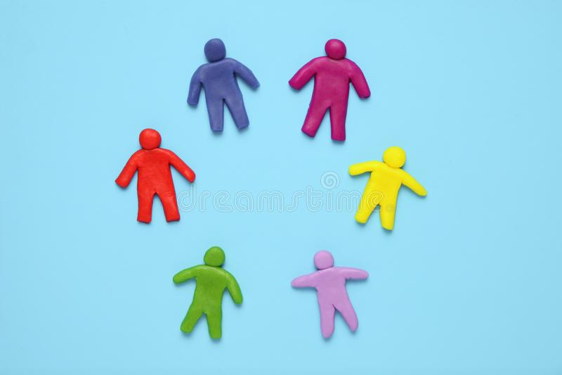 Multi сolored диаграммы пластилина людей Расовые разнообразие и равность людей в мире стоковая фотография